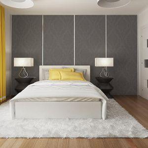 Wszechobecną biel w sypialni przełamano grafitową ścianą za łóżkiem. Fot. Z500