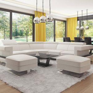 W jasnym salonie pięknie prezentują się żółte zasłony, które bardzo dobrze komponują się z dużymi przeszkleniami i bielą, dominującą we wnętrzu. Fot. Z500
