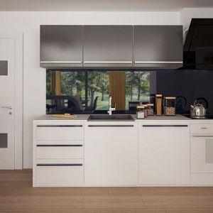 Białe meble kuchenne świetnie pasują do nowoczesnych wnętrz. W tym przypadku przełamanie kolorystyczne stanowią grafitowe fronty szafek wiszących (także modny kolor w nowoczesnych wnętrzach). Fot. Z500