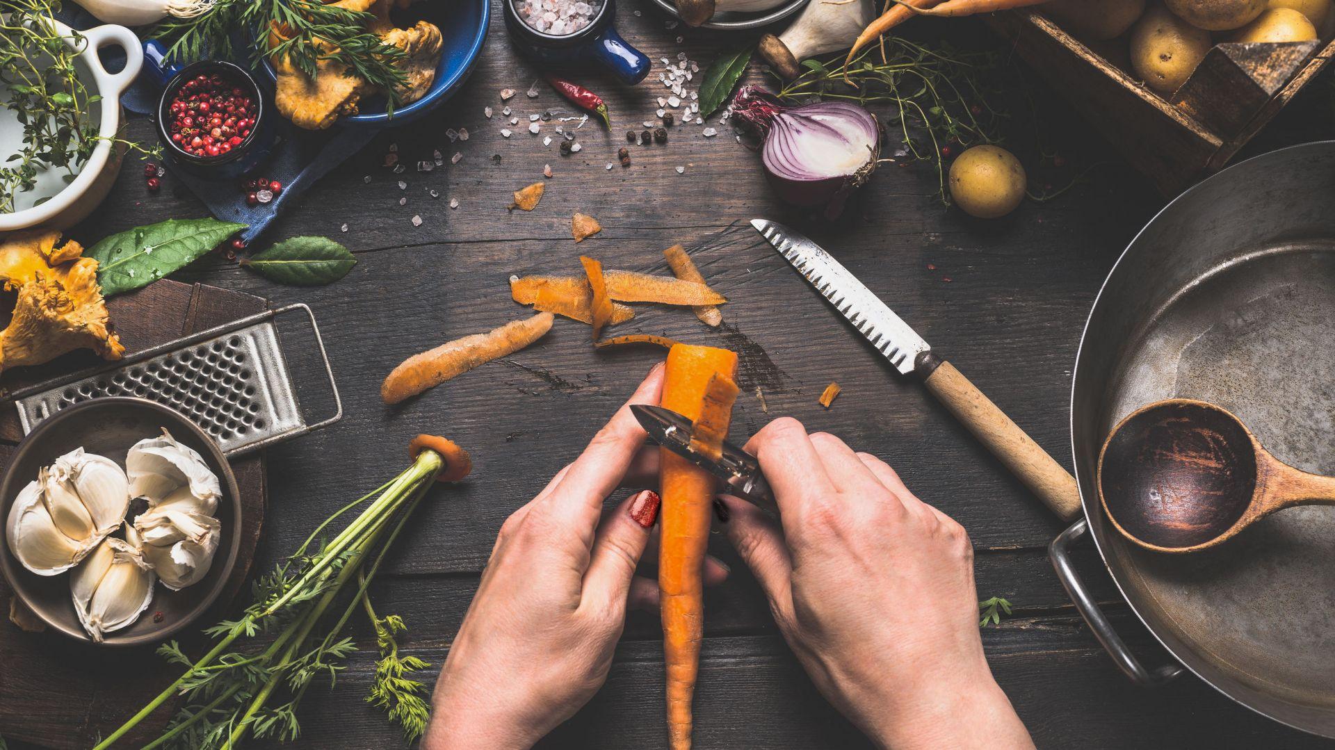 Gromadzenie i usuwanie odpadów biologicznych powstających podczas przygotowywania posiłków to jeden z podstawowych problemów w każdej kuchni. Fot. Kernau