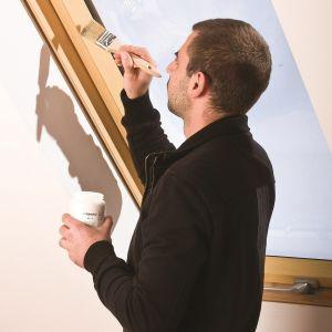 Malowanie okna dachowego. Fot. Fakro