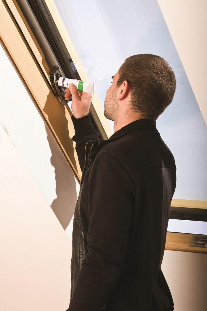 Smarowanie zawiasu okna dachowego. Fot. Fakro