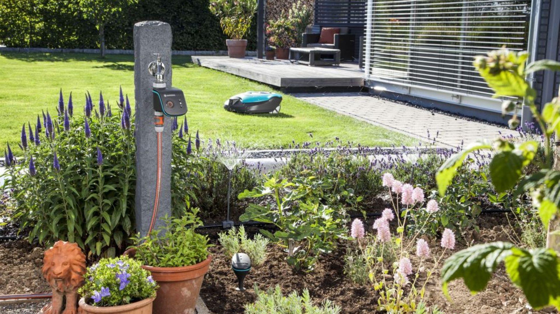 Gardena wprowadza do Polski Gardena smart system. To zintegrowany system zarządzania ogrodem, który możemy kontrolować za pomocą telefonu z dowolnego miejsca na ziemi. Fot. Gardena