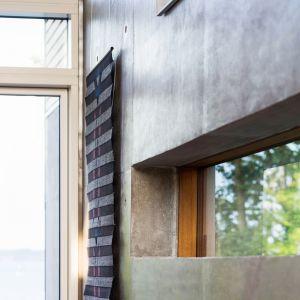 Odnajdziemy tam także typowe naturalne materiały takie jak drewno połączone z surowym betonem.Fot. Andreas Mikkel Hansen