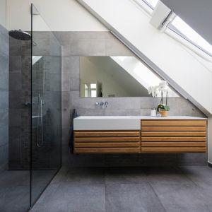 Architekci zadbali, aby pomieszczenia było dobrze doświetlone naturalnym światłem. Zimne wnętrza docieplają drewniane dodatki. Fot. Andreas Mikkel Hansen
