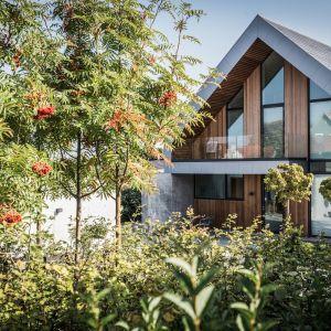 Przy wykonaniu tego domu wykorzystano typowo proste i typowe skandynawskie materiały, takie jak łupek, cynk i drewno. Fot. Patrick Ronge Vinther