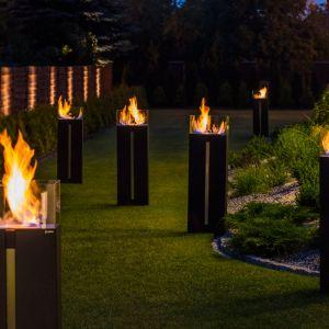 Nie niesie ze sobą więc żadnego zagrożenia dla dzieci czy dorosłych. Wybierając biokominek zewnętrzny, warto postawić na modele, w których palenisko jest osłonięte wysokimi szklanymi ściankami, uniemożliwiające poparzenie i chroniące płomień przed wiatrem. Fot. kratki.pl