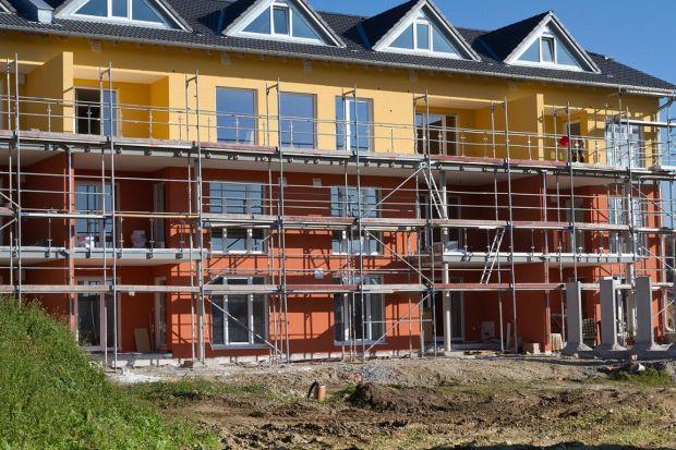 Podejmując decyzję o zakupie domu lub mieszkania, jako nabywcy mamy prawo poprosić inwestora lub projektanta o charakterystykę akustyczną zaprojektowanego budynku. Jakich wartości w niej szukać oraz o co pytać, aby po wprowadzeniu do nowego miejsc