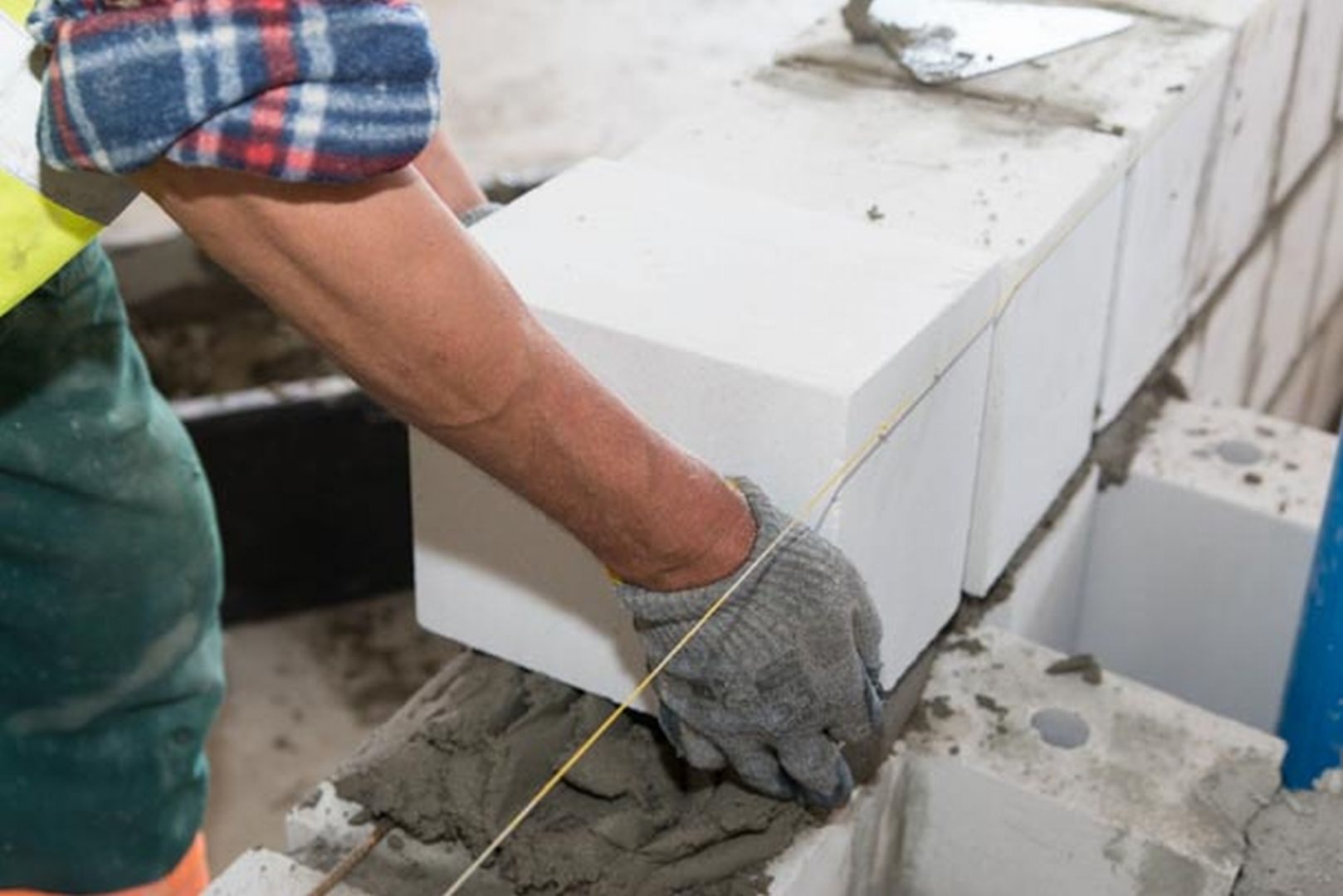 Przebywając w domu, jesteśmy narażeni na kilka głównych źródeł hałasu. Są to dźwięki powietrzne i uderzeniowe, przenikające do wnętrz z innych pomieszczeń poprzez przegrody wewnętrzne (ściany, stropy), hałas dobiegający spoza budynku oraz ten pochodzący od instalacji i urządzeń stanowiących jego wyposażenie techniczne. Fot. Stowarzyszenie