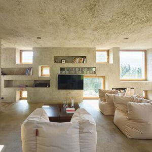 Architekci wykorzystali przestrzenne wnęki i zagłębienia w ścianach, które przejmują częściowo funkcję meblościanek. Fot. Hannes Henz