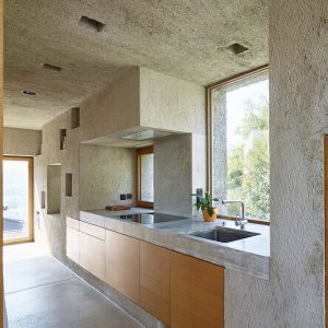 Wyposażenie wnętrz wykonano z naturalnego dębu. Jego zadaniem jest ocieplenie surowej, betonowej aranżacji  i wyposażenie wnętrz. Fot. Hannes Henz