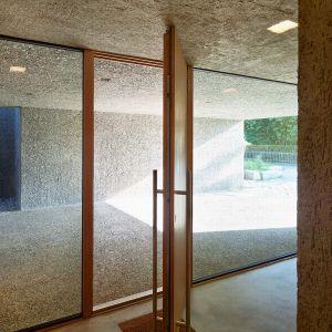 Przy aranżacji wnętrz architekci sięgnęli po proste materiały takie jak drewno i beton. Fot. Hannes Henz