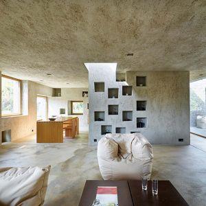 Podłogi zaś wykonane zostały z gładkiego polerowanego cementu. Fot. Hannes Henz
