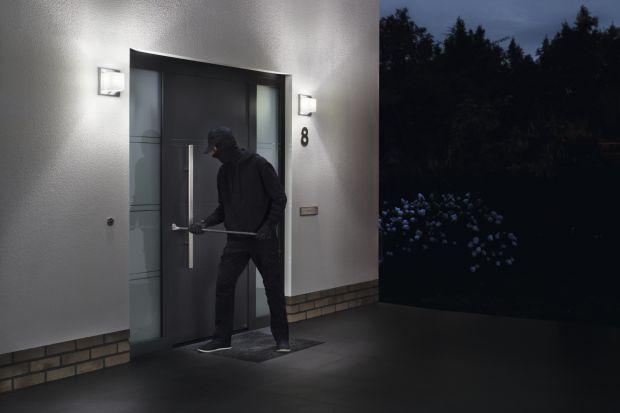 Średnio co 15 minut w Polsce dokonuje się kradzieży z włamaniem do domu – wynika z policyjnych statystyk. Co dziesiąty włamywacz dostaje się do środka przez drzwi wejściowe. Dlatego w nowych i remontowanych domach warto zamontować drzwi o podw