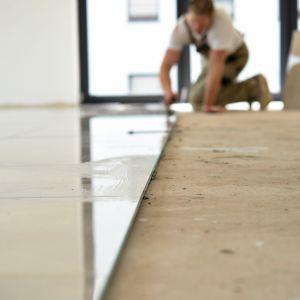Każdy samodzielnie może wyczyścić kamień, gres, klinkier, marmur czy granit, a także poradzić sobie z nalotami cementowymi, korzystając z domowych lub/i profesjonalnych sposobów. Fot. Ultrament