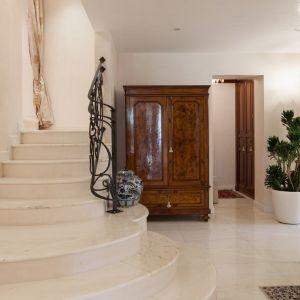 Tak samo marmur, jak i granit wybierane są przede wszystkim ze względu na swoją trwałość oraz twardość. Choć wykonane z tych materiałów podłogi, schody, parapety czy nagrobki cechuje długowieczność, nie zawsze będą prezentować się estetycznie.  Fot. Ultrament