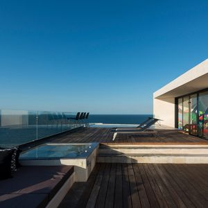 Dom został tak zaprojektowany, aby optymalnie wykorzystać wspaniałe, panoramiczne widoki. Fot. Pim Schalkwijk