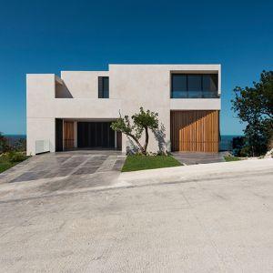 3-piętrowa rezydencja na klifie położona jest na półwyspie Yucatán w Meksyku. Stanowi ona część klubu wiejskiego, w jej okolicy znajduje się jeszcze pole golfowe. Fot. Pim Schalkwijk