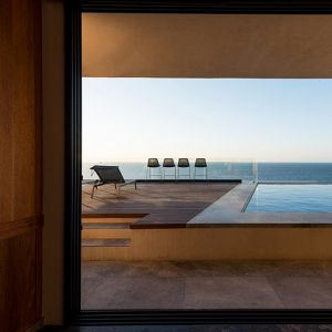 Architekci zadbali o taki rozkład pomieszczeń i tarasów, który pozwala poczuć się mieszkańcom jakby byli na pokładzie statku z nieograniczonym widokiem na przyrodę. Fot. Pim Schalkwijk