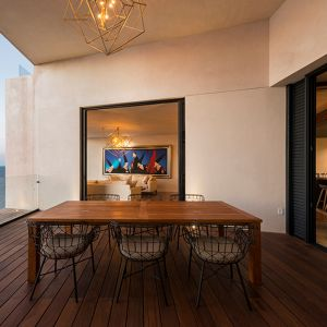 Położenie domu na klifie zapewnia zapierające dech w piersi widoki na morze oraz otaczającą przyrodę. Fot. Pim Schalkwijk