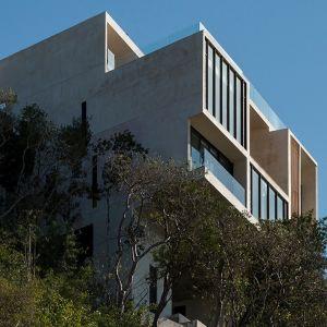 Cały dom opiera się na filarach umiejscowionych w wydrążonych otworach. Na nich opierają się stalowa konstrukcja stalowa utrzymująca ściany wzniesione z cegieł. Konstrukcja sprawia wrażenie jakby dom był zawieszony nad ziemią. Fot. Pim Schalkwijk