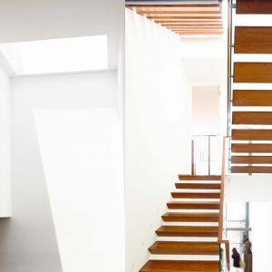 W wąskim, trzykondygnacyjnym domu ważną rolę odgrywają schody. Uczyniono z nich ważny element wystroju, nawiązujący swą ażurową formą do zewnętrznych żaluzji.