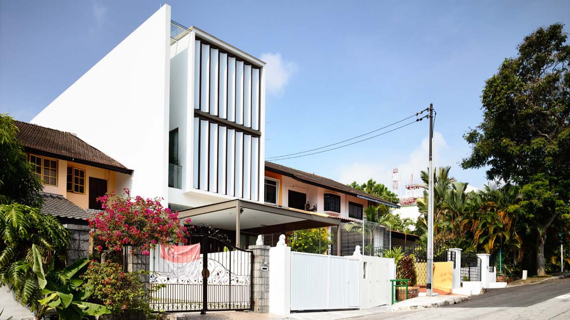 Wszystkie trzy kondygnacje bardzo wąskiego domu otwierają się na ulicę. Aby zapewnić mieszkańcom poczucie intymności architekci zaprojektowali ciągnące się przez całą wysokość fasady długie, zewnętrzne żaluzje.