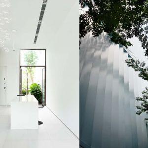 Architekci w bryłę domu wkomponowali również mały, wewnętrzny ogród. I on otoczony został szklanymi ścianami, zapewniając mieszkańcom nie tylko światło, ale i widok na zieleń.