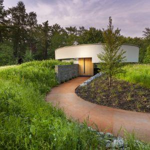 Bryła domu, jak i wysokie przeszklenia 360 Villa zostały ukształtowane w kole, wokół domu. Fot. Hannah Anthonysz