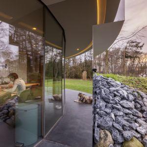 """Architekci w ten sposób zapewnili """"360-stopniowe"""" połączenie między wnętrzem, a zewnętrznym światem. Fot. Hannah Anthonysz"""