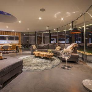 Właściciele jeśli chcą odgrodzić pokój od salonu w celu zachowania większej prywatności korzystają ze specjalnego łuku przesuwnego. Fot. Hannah Anthonysz