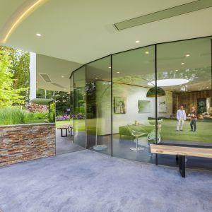 Podwyższony ogród zapewnia prywatność mieszkańcom w  części domu sąsiadującą z ruchliwą ulicą. Fot. Hannah Anthonysz