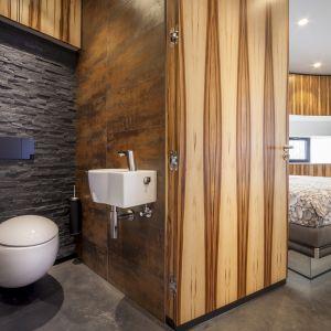 Architekci zdecydowali się na otwarty plan, gdzie sypialnia, łazienka i pokój dzienny są ze sobą połączone.Fot. Hannah Anthonysz