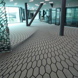 Wielkim trendem jest wykorzystanie głębi i perspektywy w tworzeniu powierzchni dwuwymiarowych - często dające złudzenia optyczne. Jest to widoczne zarówno w dywanach, jak i wykładzinach dywanowych. Iheid Geneve, Szwajcaria. Fot. EGE
