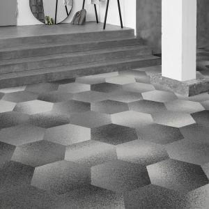 Geometria jest dziś widoczna na wszystkich powierzchniach – od drewna i laminatów po metal i tkaniny. Nacisk kładzie się na podstawowe, najprostsze kształty, takie jak trójkąty, okręgi, prostokąty, sześciany czy walce. Hexagon Loop Ecotrust, płytki dywanowe typu Figura. Fot. EGE