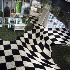 Bazujące na niedoskonałości ludzkiego oka iluzoryczne wzory zaprzeczają prawom fizyki i wprowadzają w aranżacji wnętrza niedopowiedzenie oraz element zaskoczenia. Galeries Lafayette, Francja. Fot. EGE
