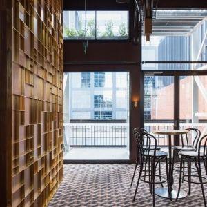 Nacisk kładzie się na podstawowe, najprostsze kształty, takie jak trójkąty, okręgi, prostokąty, sześciany czy walce. Moda ta inspirowana jest przede wszystkim modernistycznymi ruchami z początku lat 20. ubiegłego wieku, takimi jak kubizm i konstruktywizm. Garden State Hotel, Australia. Fot. EGE