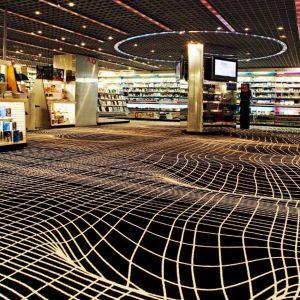 Coraz popularniejsze w powierzchniach podłogowych są ciemne odcienie koloru zielonego, niebieskiego i fioletowego, pozwalające tworzyć luksusowe przestrzenie. FNAC, Francja, Fot. EGE