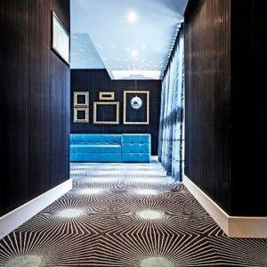 Nacisk kładzie się na podstawowe, najprostsze kształty, takie jak trójkąty, okręgi, prostokąty, sześciany czy walce. Moda ta inspirowana jest przede wszystkim modernistycznymi ruchami z początku lat 20. ubiegłego wieku, takimi jak kubizm i konstruktywizm. Hotel Lucia Insert, Portugalia, Fot. EGE