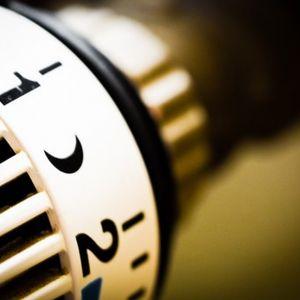 Standardowo każdy kocioł grzewczy wyposażony jest w termostat, który steruje jego pracą. Jest to najprostsze i najtańsze rozwiązanie, choć dość niewygodne, gdyż wymaga ono ręcznego przestawiania wartości temperatury na kotle. Fot. Jawar