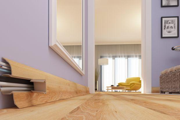 Urządzanie mieszkania to setki rozmaitych decyzji, z których część ma naszym zdaniem kluczowe znaczenie dla wystroju wnętrza, a inne w natłoku spraw zwyczajnie bagatelizujemy. Mechanizm ten doskonale widać na przykładzie podłogi i listew przypod