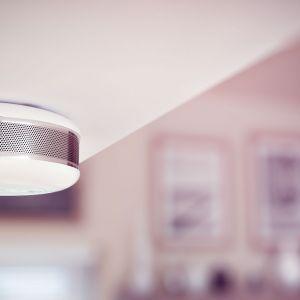 Wygoda, jaką zapewnia kontrolowanie z poziomu smartfona tego, co się dzieje w mieszkaniu sprawia, że rozwiązania smart home stają się coraz bardziej powszechne. Inteligentna staje się również kuchnia. Fot. Fibaro