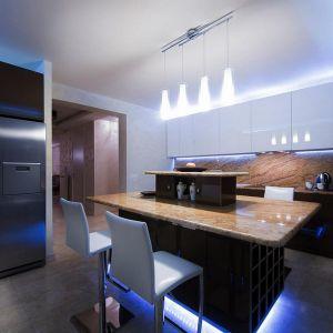 Czujnik połączony z modułami sterującymi oświetleniem automatycznie włączy światło na przykład w momencie, gdy w nocy wejdziemy do kuchni, by napić się wody .0 Fot. Fibaro
