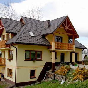 Esówka, karpiówka, marsylka, mnich-mniszka – to tylko kilka najpopularniejszych wzorów, jakie najczęściej zdobią dachy domów. Fot. Blachotrapez