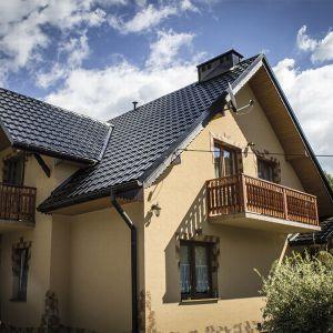 Decydując się na pokrycie dachu blachodachówką nie każdy wie, że może wybierać pomiędzy odcieniami, takimi jak intensywny błękit, mozaikowa zieleń, gołębia szarość, czy nasycona ochra. Fot. Blachotrapez