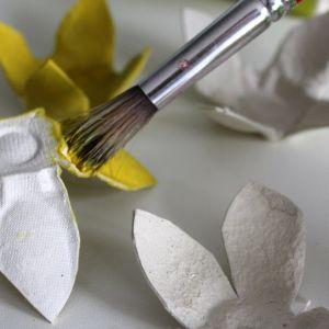Malujemy kwiaty i liście na ulubione kolory. Najlepiej nawiązujące do otaczającej nas wiosennej aury. Wystarczą do tego zwykłe farby plakatowe. Przy malowaniu mogą nam pomóc dzieci. Fot. Bosch