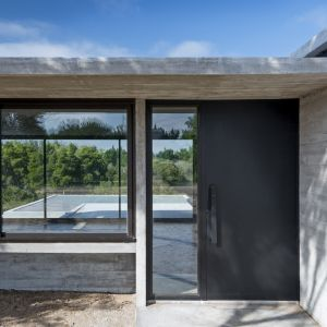 Dom jest położony na wybrzeżu, niedaleko Południowego Oceanu Atlantyckiego, 4 godziny jazdy do Buenos Aires w Argentynie. Zaprojektował go Luciano Kruk, jeden z popularniejszych architektów z Argentyny. Fot. Daniela Mac Adden
