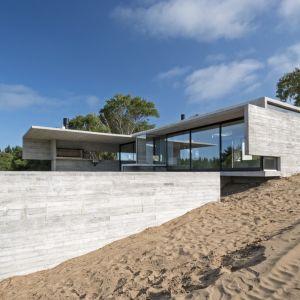 Architekt postanowi, że ściany boczne pozbawione są okien oraz wszelkich przeszkleń. Z kolei frontowa oraz tylna elewacja są częściowo otwarte , na tyle aby zapewnić schronienie przed słońcem na zewnątrz oraz zapewnić domową prywatność  Fot. Daniela Mac Adden