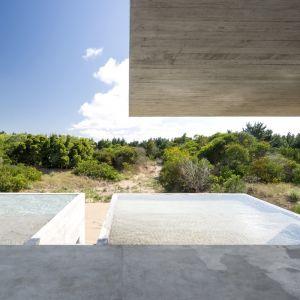 Na górze znajduje się strefa wspólna, która ma bezpośredni dostęp do basenu oraz tarasu z grillem. System zadaszeń oraz klimatyzowane pomieszczenia mają  zapewnić chłód i odpowiedni cień rodzinie. Fot. Daniela Mac Adden