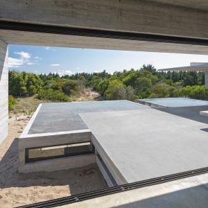 Architekt pomyślał tez o stworzeniu systemu chłodzenia powietrza na górnej kondygnacji domu. Do tego zastosował występy oraz osłony, które dają odpowiedni cień i wytchnienie od skwaru słońca w wyznaczonych strefach mimo, że rezydencja jest dobrze doświetlona. Fot. Daniela Mac Adden
